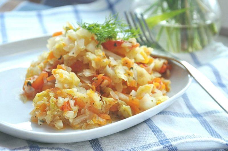 Яичница с капустой и томатной пастой в мультиварке - рецепт пошаговый с фото