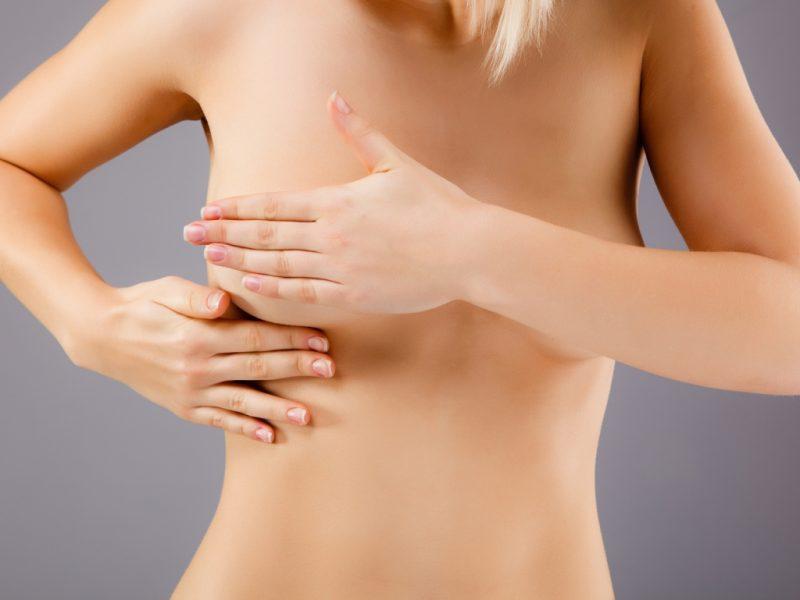 К чему чешется левая грудь: значение приметы