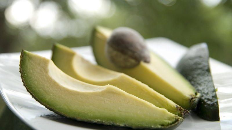 Авокадо: как его едят — правильные рецепты чистки и с чем есть