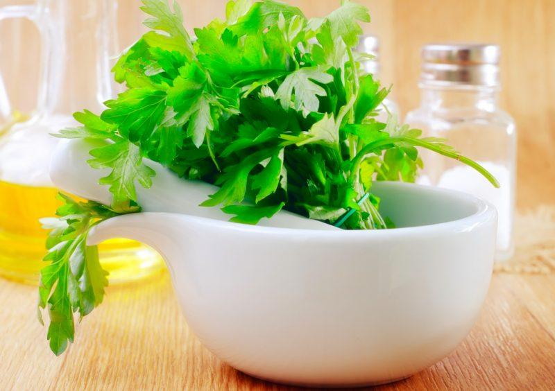 Петрушка: полезные и лечебные свойства для женщин и мужчин, противопоказания