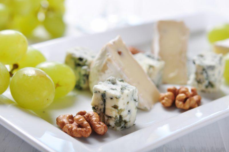 Сыр с плесенью: названия видов и сортов, чем полезен, как правильно есть