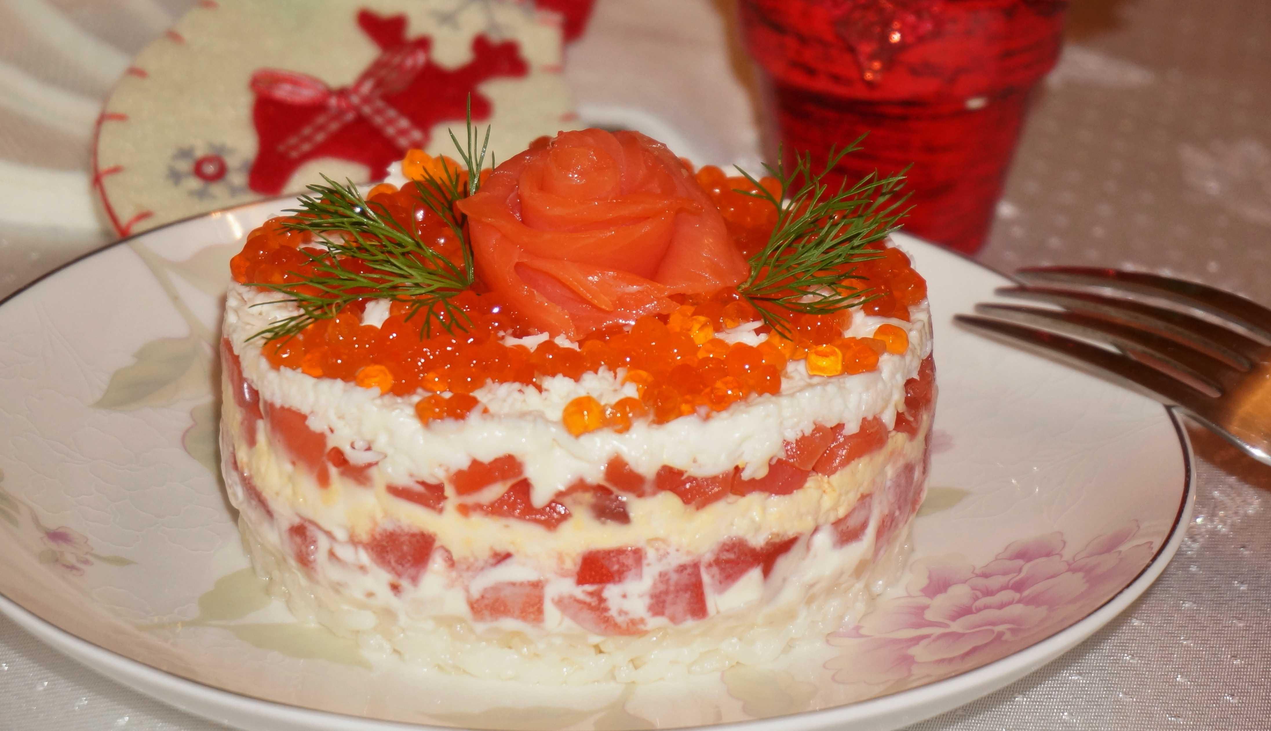Праздничный салат из красной рыбы с фото