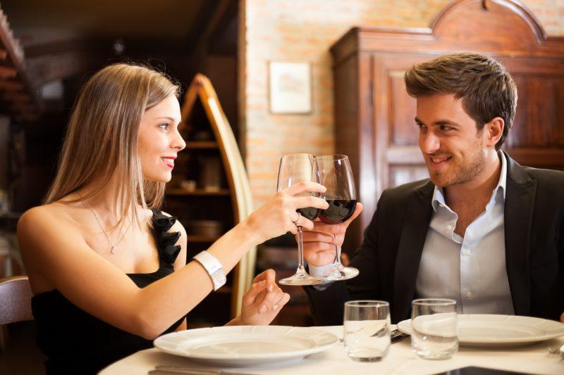 Изображение - Тосты на день sara-y-ramon-brindando-con-una-copa-de-vino-en-su-cena-romantica-con-chef-a-domicilio-800x533