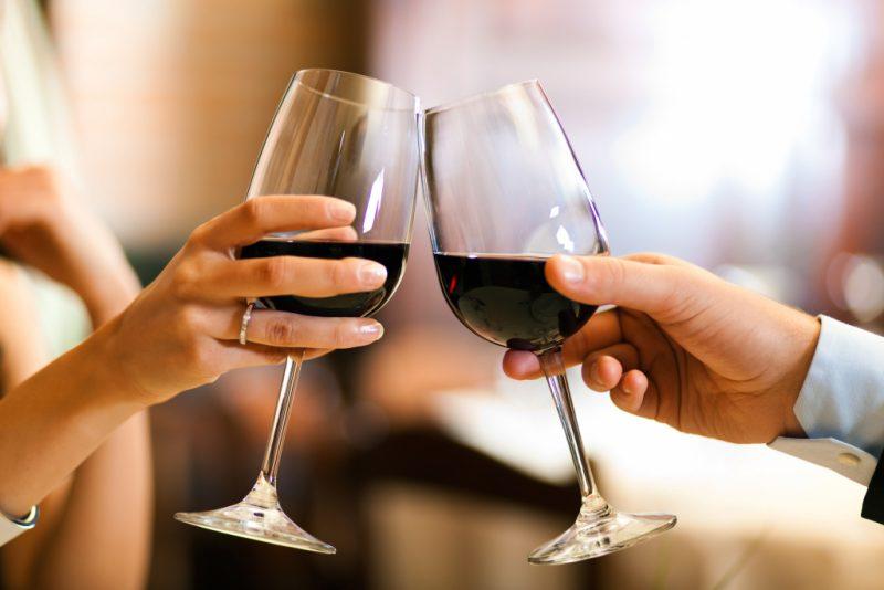 Изображение - Прикольный тост на день рождения женщине короткие wine-cheers-800x534