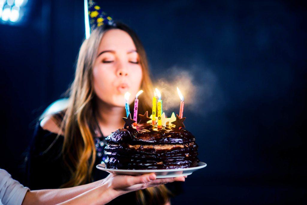 Картинка, открытка с днем рождения собака задувает свечи