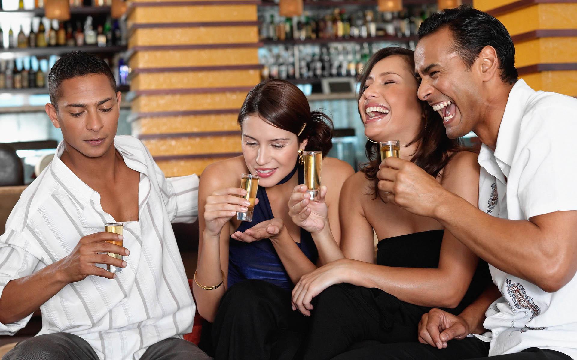 парень знакомится с девушкой в баре отдыхаю выпивают женщины мотоциклах