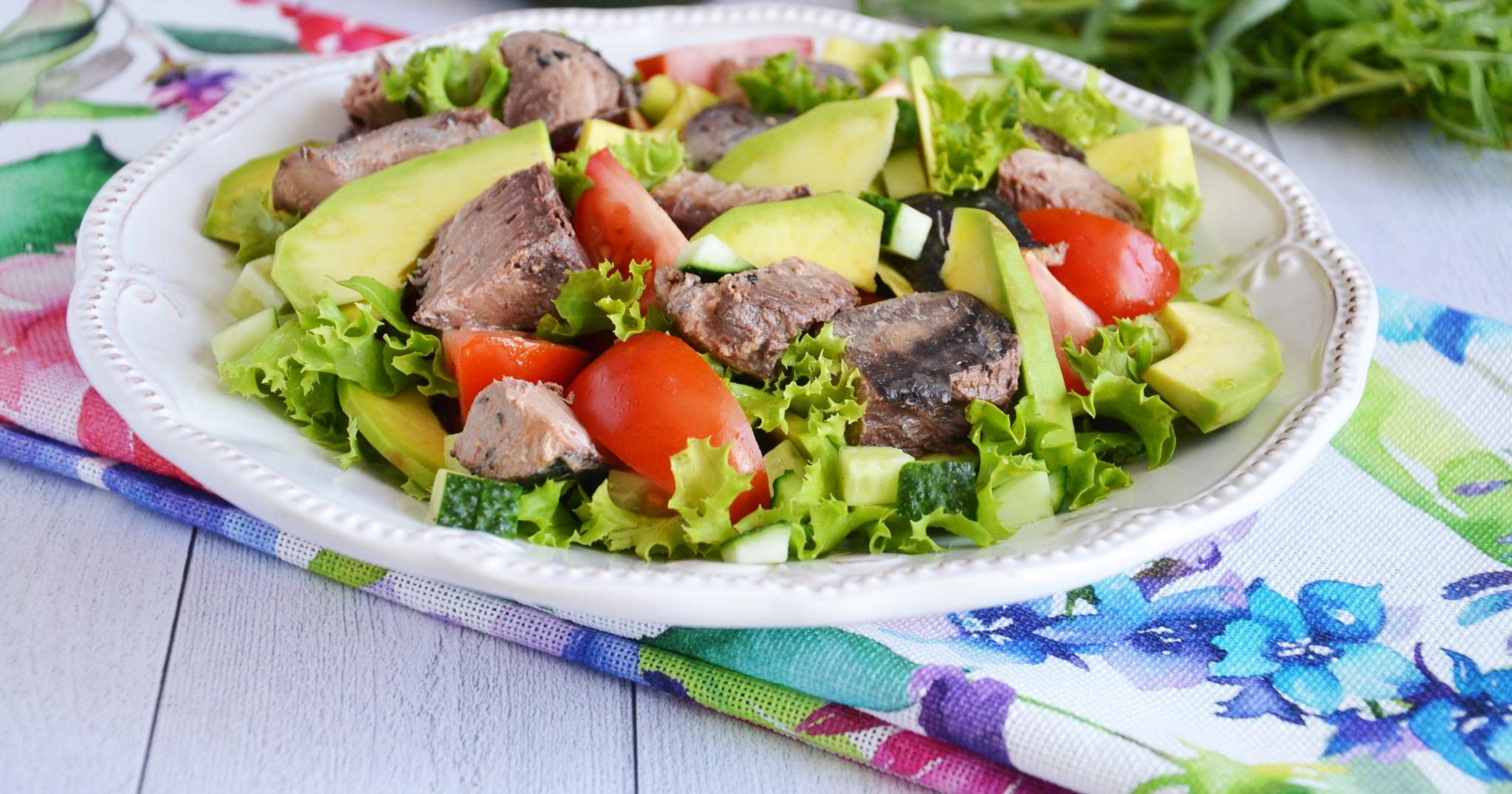 Салат из авокадо и тунца консервированного с яйцом