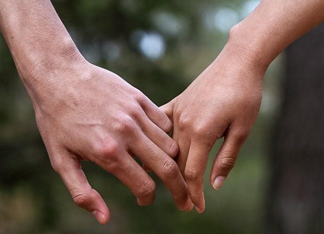 Фото с двумя руками которые держат друг друга