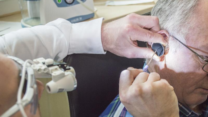 Фурункул в ухе: причины появления чирья, симптомы и лечение