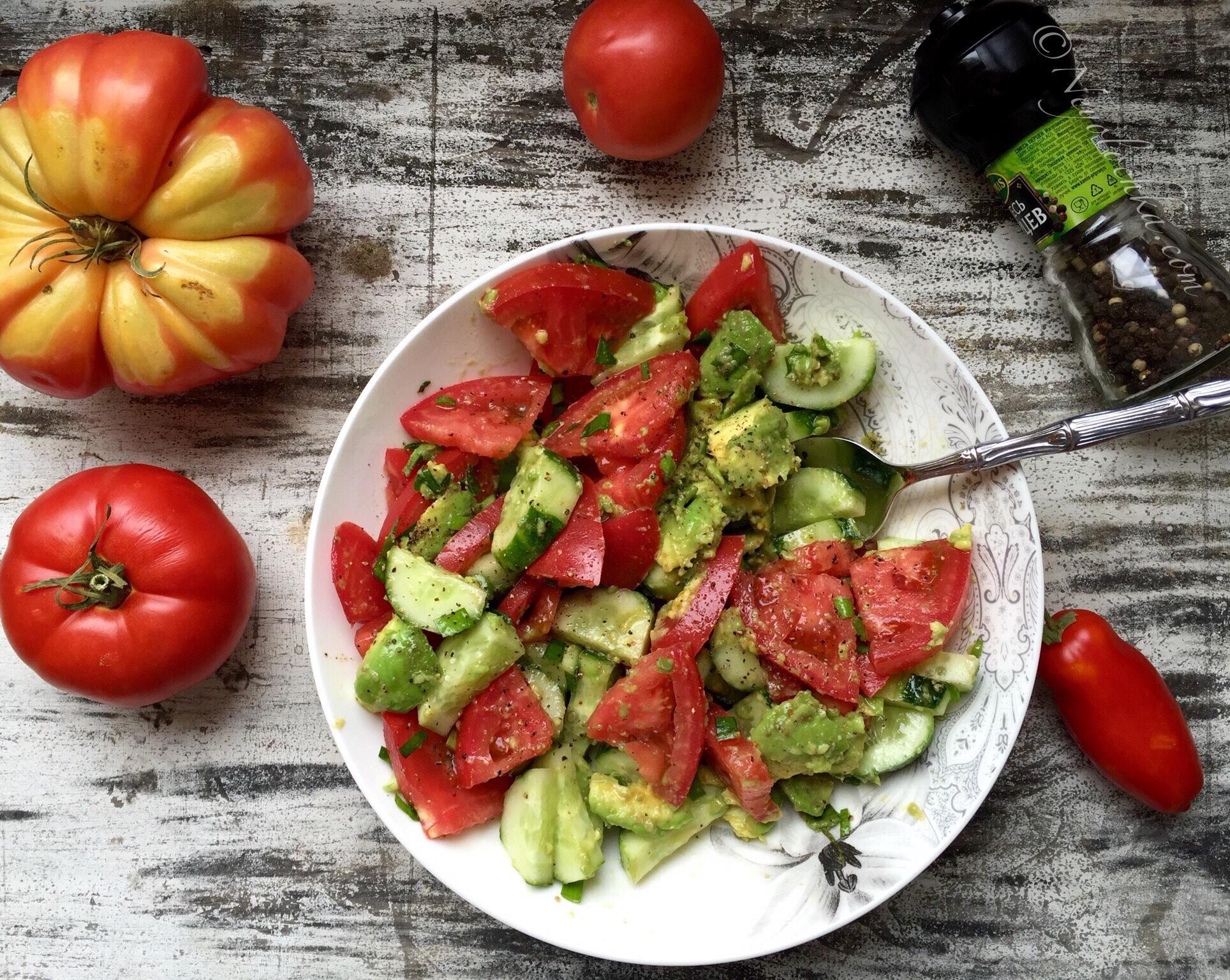 Овощной салат с помидорами и огурцами фото