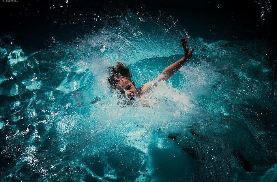 Картинка тонущего в воде