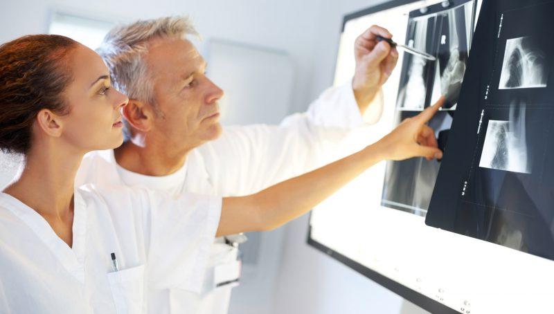 Симптомы пневмонии у взрослых и детей, виды, диагностика, возможные осложнения воспаления легких