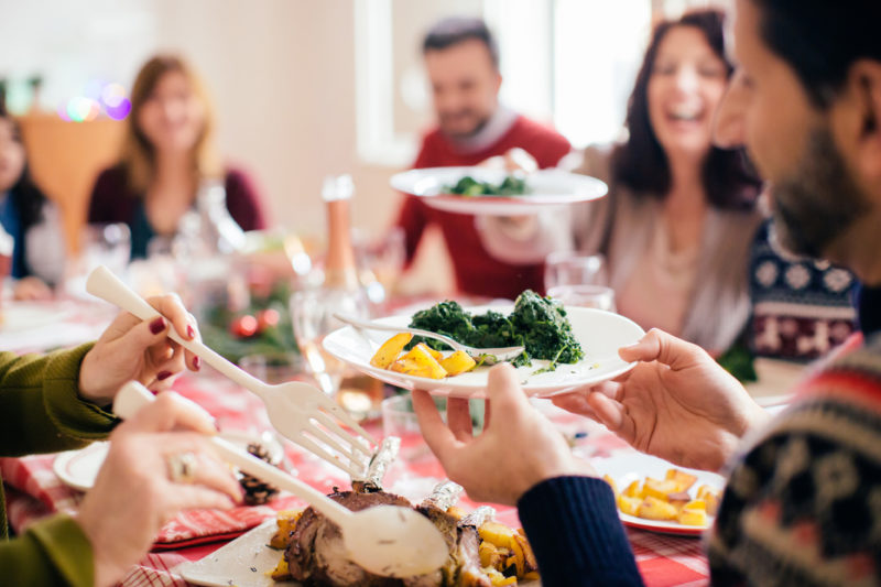 сонник застолье много людей еда хорошая