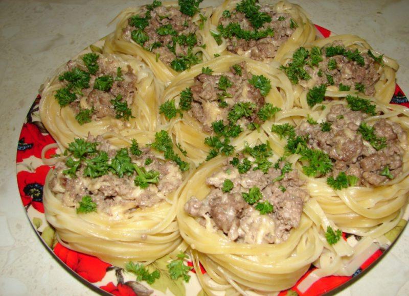 Гнезда с фаршем - 5 рецептов приготовления на сковороде и в духовке