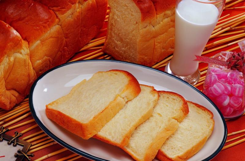 Cколько калорий в белом хлебе, содержание витаминов и микроэлементов, какой вид полезнее для организма