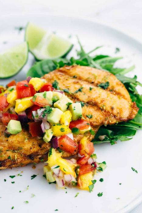 Отличным дополнением к мясной отбивной станет легкий салат.