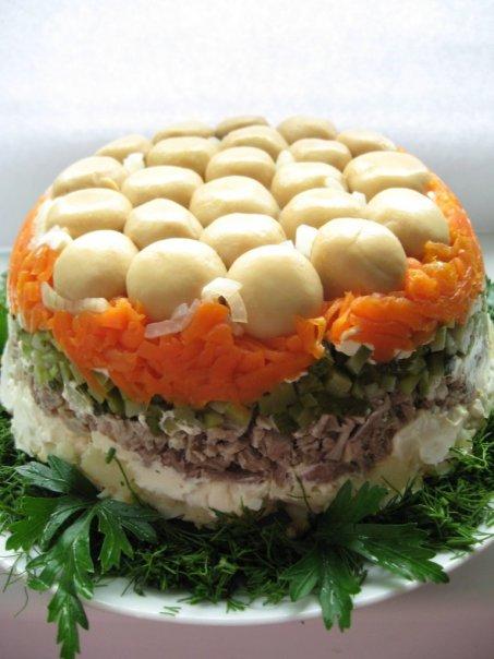 Для кислинки в салате можно использовать маринованные огурчики