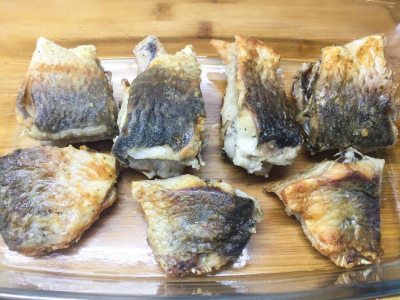 запеченный карась со сметаной и сыром