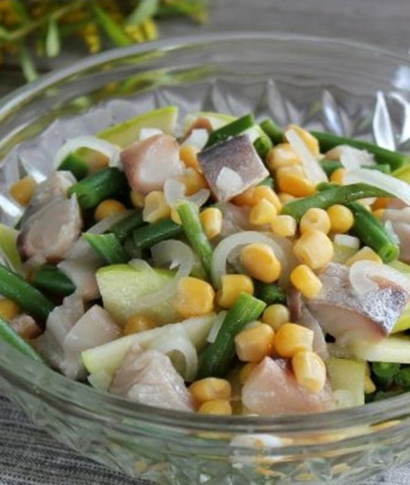Рыбный салат со стручковой фасолью и яблоком
