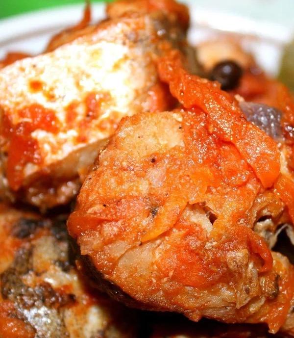 Скумбрия с овощами является простым, но вкуснейшим блюдом.
