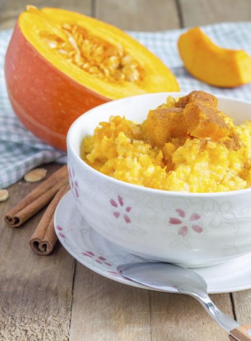 Рисово-пшенная каша с тыквой - идеальное блюдо для холодного времени года.