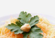 Слоеный салат с курицей, грибами и ананасами