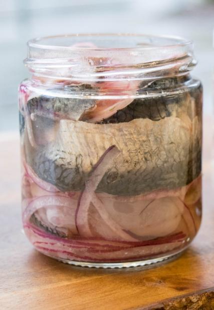 Быстрый рецепт маринованной скумбрии с луком