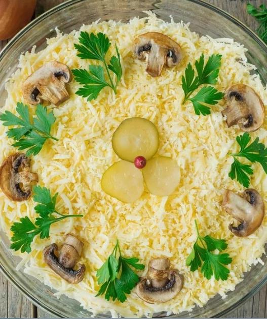 """Салат """"Царский"""" с курицей и шампиньонами – вкусный и оригинальный рецепт"""