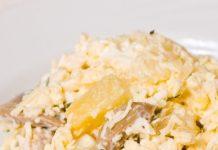Салат с курицей, грибами, ананасами и сыром