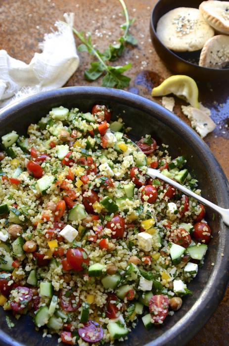 Салат из булгура с помидорами, огурцами и фасолью