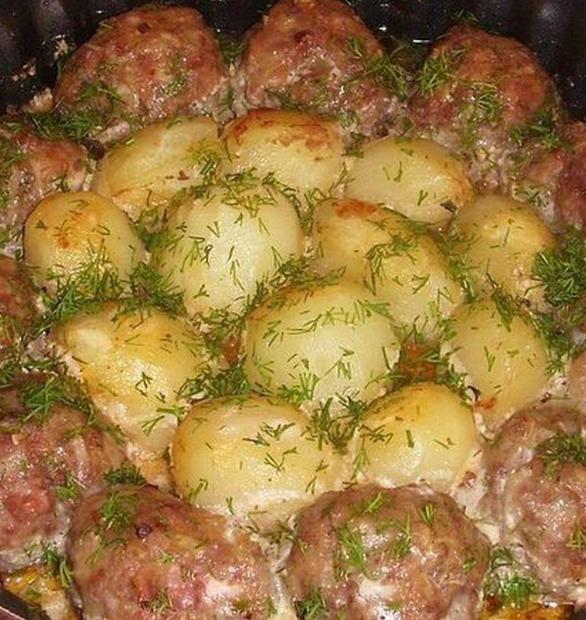 Как запечь котлеты с картошкой в сметанном соусе