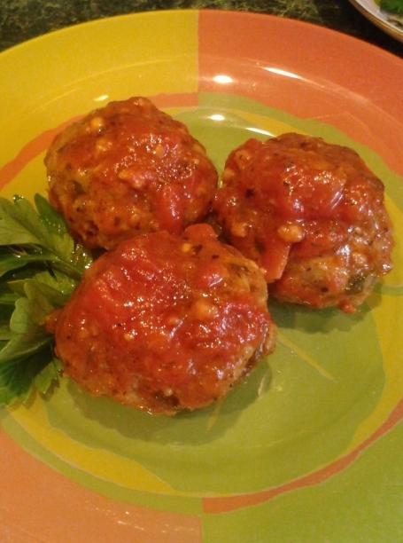 Тефтели с творогом и фаршем в томатном соусе на сковороде