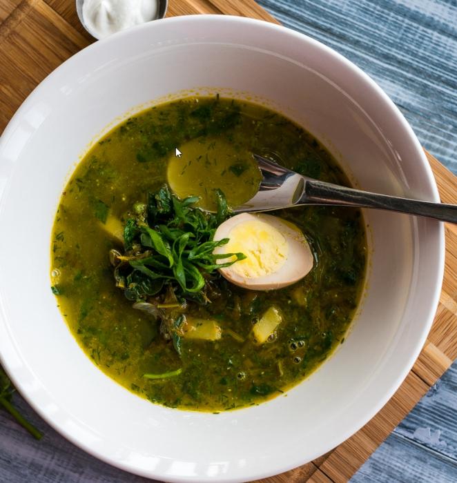 суп со шпинатом, яйцом и вермишелью