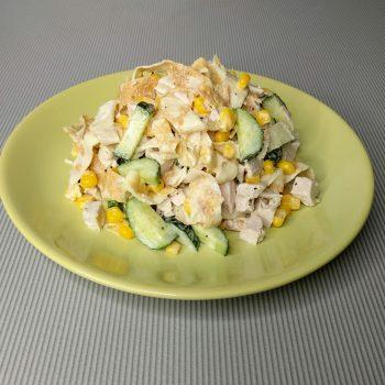 салат с яичными блинчиками и копченой курицей