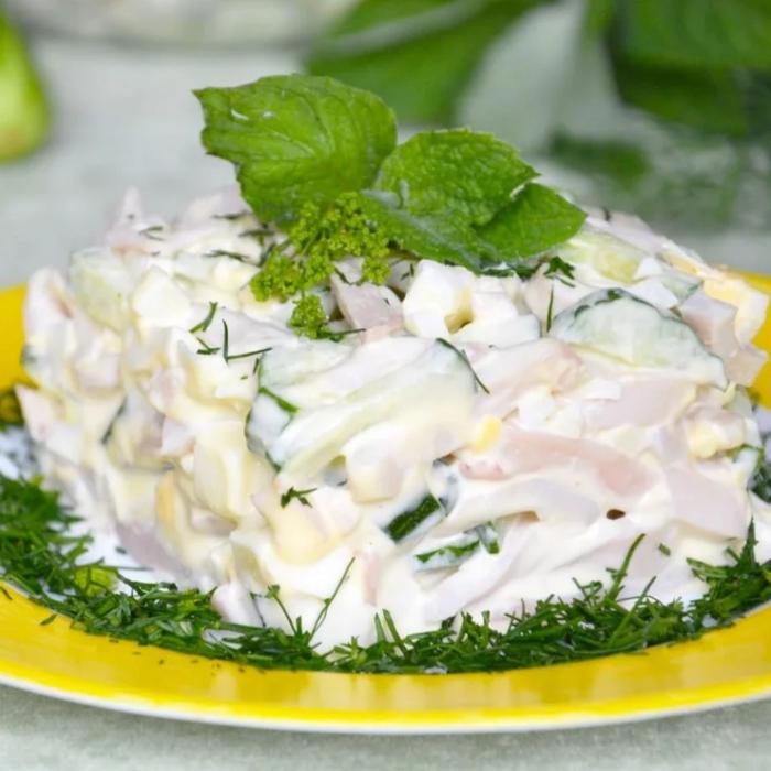 салат с копченым кальмаром, огурцом и яйцом