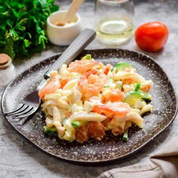 салат с кальмарами и семгой