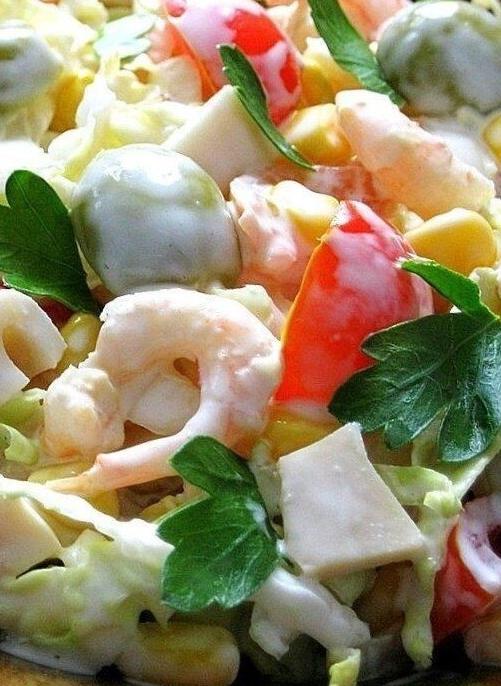 салат с кальмарами, сыром, креветками и оливками