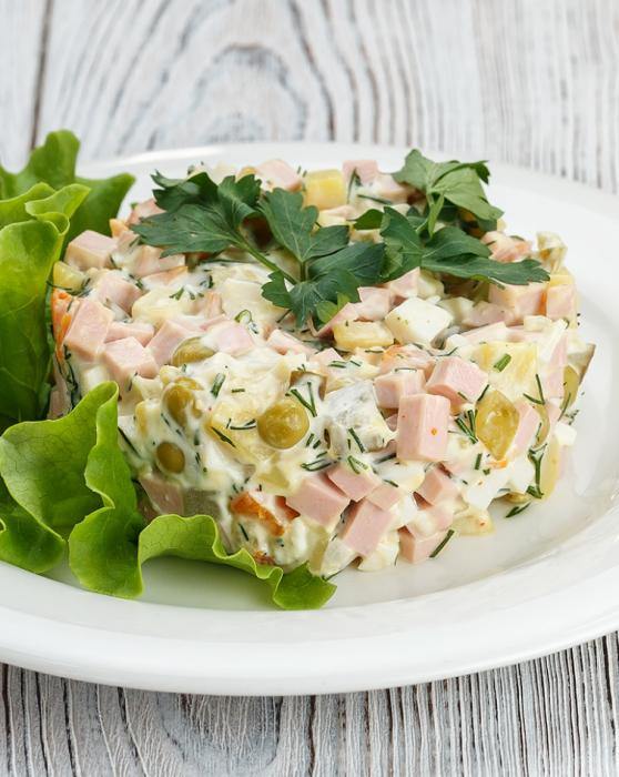 салат с кальмарами, сыром и колбасой